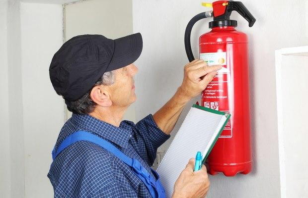 בדיקת כיבוי אש על ידי איש מקצוע מוסמך לכך לפי מכון התקנים - מיגון אלקטרוניקה